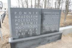 Momnik-mauzoleum.Tablica-przy-wjezdzie-na-teren-fortu-i-pomnika-mauzoleum