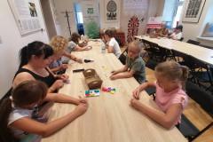 Uczestnicy twórczego spotkania w muzealnej pracowni etnodizajnu