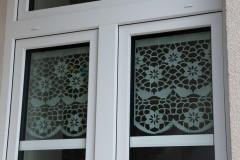 Okno przyozdobione firankami z papieru