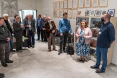 Goście przedwejściem nawystawę witani przezdyrekcję Muzeum Kultury Kurpiowskiej orazpracownika Muzeum Papiernictwa wDusznikch-Zdroju