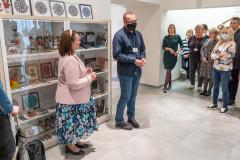 Goście przedwejściem nawystawę witani przezdyrekcję Muzeum Kultury Kurpiowskiej orazpracownika Muzeum Papiernictwa