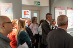 Uczestnicy wernisażu nasali wystawowej słuchający przemówienia pracownika Muzeum Papiernictwa