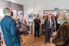 Uczestnicy wernisażu zwiedzają wystawę
