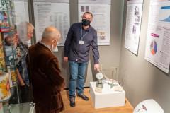 Pracownik Muzeum Papiernictwa demonstruje zwiedzającym urządzenie papiernicze