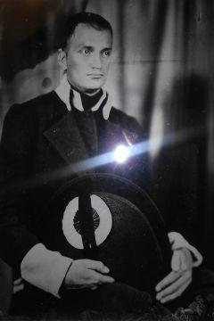 Szklane fotografie na wystawie w pomniku Mauzoleum