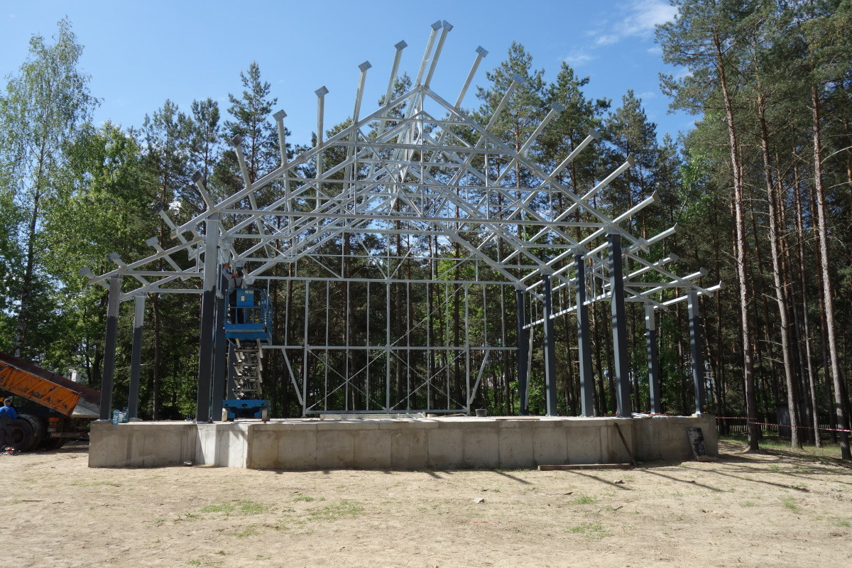 Budowa sceny plenerowej w Zagrodzie Kurpiowskiej w Kadzidle