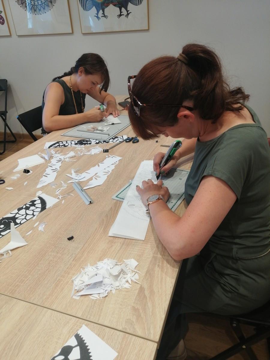 W muzealnej pracowni powstawały papierowe ozdoby