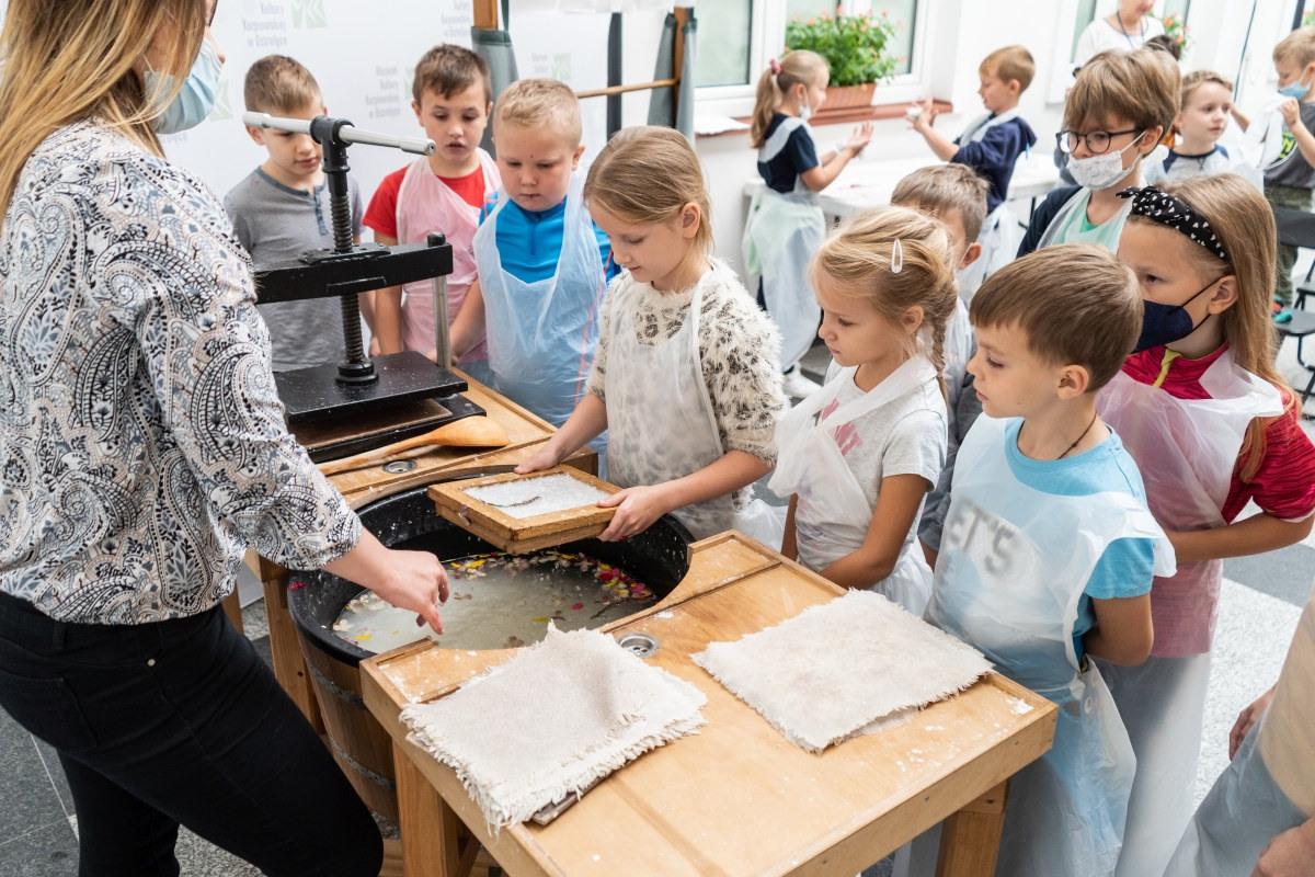 Dzieci uczyły się historii powstawania papieru